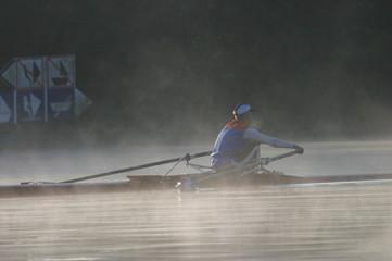 skiff dans le brouillard