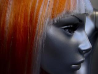 mannequin à perruque rousse