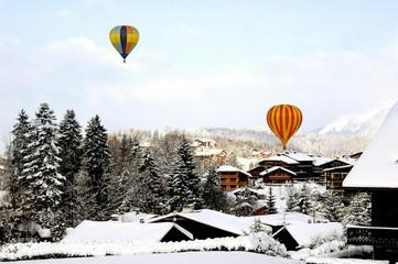 montgolfières sur les toits enneigés