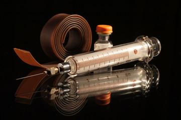 seringue et garot d'urgence