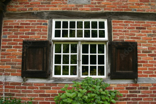 sprossenfenster mit holzfensterl den stockfotos und. Black Bedroom Furniture Sets. Home Design Ideas