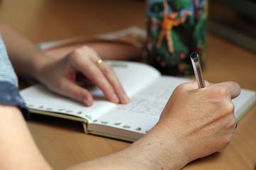 femme et page d'écriture