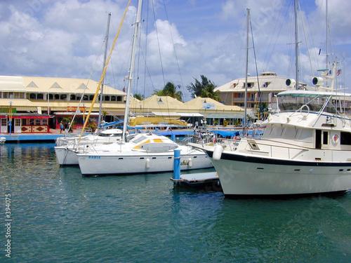 Полу-водоизмещающая моторная яхта