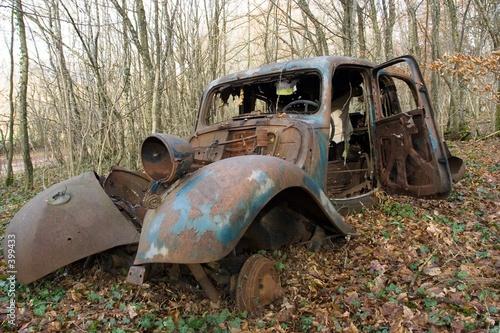 carcasse de voiture dans les bois photo libre de droits sur la banque d 39 images. Black Bedroom Furniture Sets. Home Design Ideas