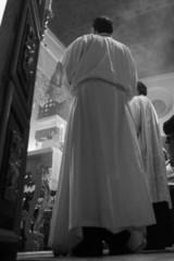 monaguillo en misa católica en exaltación de la fe