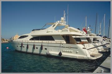 luxusyachten im hafen