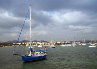 velero en porto colom