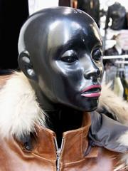 femme noire en fourure