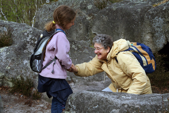 enfant et grand-mère