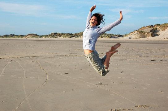 femme heureuse sautant