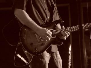 les mains du guitariste