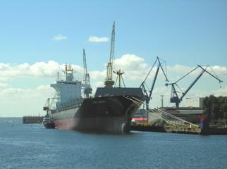 transportschiff im hafen