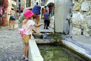 enfant et fontaine