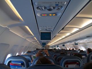 interior de un avion de pasajeros