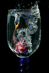 Poster de jardin Eclaboussures d eau diving of the cherry in the cup