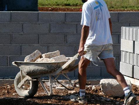 maçon réalisant un mur