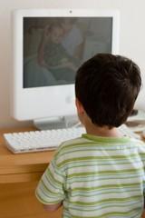enfant regardant des photos sur un ordinateur