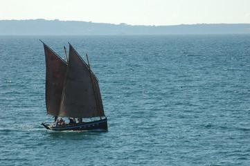 bateau breton dans la baie de douarnenez