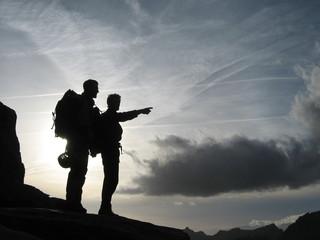 Foto auf Gartenposter Bergsteigen alpinistes au coucher/lever du soleil