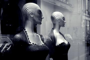 mannequins femme en vitrine