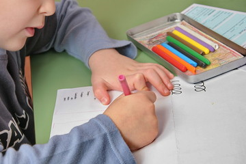 enfant dessinant