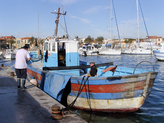 bateau de pêche à quai