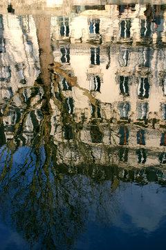 reflet sur le canal saint-martin - paris