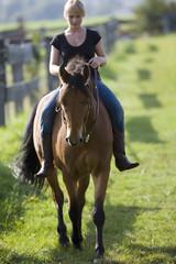 frau und ihr pferd