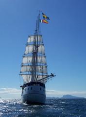 velero en el mediterraneo