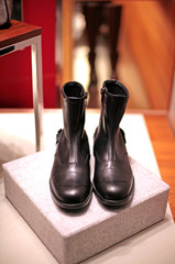 bottine noir sur podium clair