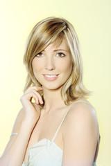 jeune femme europeenne blonde souriante