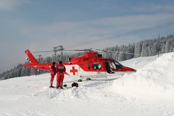 rettungseinsatz mit hubschrauber im winter
