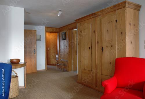 wohnzimmer eines bauernhaus mit holzschrank stockfotos. Black Bedroom Furniture Sets. Home Design Ideas