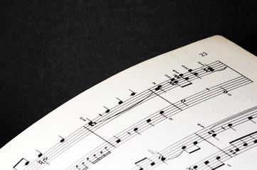 musik notenblatt auf schwarzem hintergrund