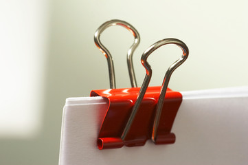 rote büroklammer