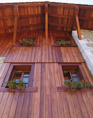 casa rustica con fachada de madera