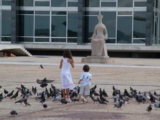 crianças na praça dos 3 poderes em brasília