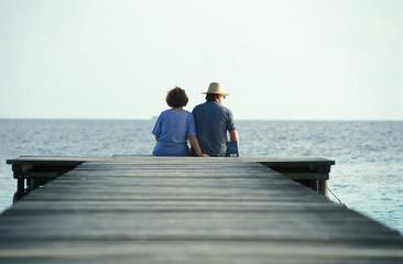 coppia seduta sul molo