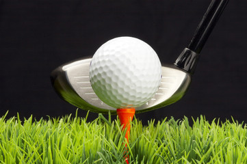 driver und golfball auf tee