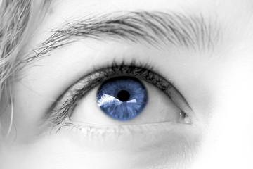 oeil bleu de femme , regard rêveur