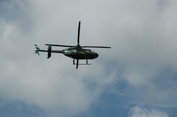 helicóptero no céu