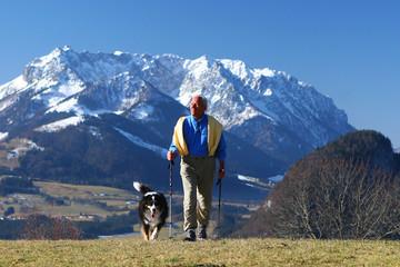 senior mit hund beim walken
