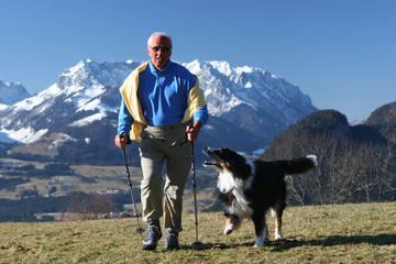 mann läuft mit hund