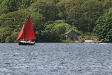 voilier rouge sur un lac