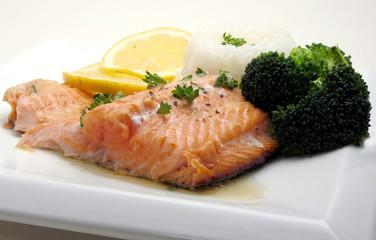 salmon dinner with broccoli