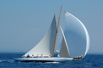 Fotobehang Zeilen barca a vela classica con vento al lasco