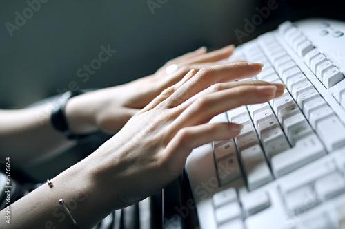 mains de femme sur clavier d 39 ordinateur stock photo and royalty free images on. Black Bedroom Furniture Sets. Home Design Ideas