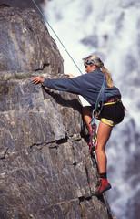 Fotobehang Alpinisme ragazza in arrampicata