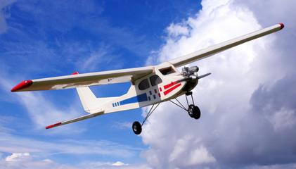 modellflugzeug vor wolkenkulisse