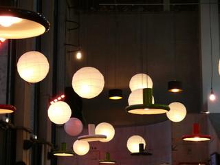 lampadaires  et boules flottantes.